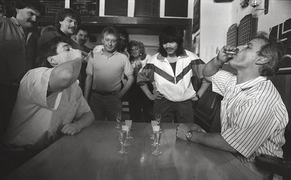 Trinken im Wettbewerb in einer Kneipe in Essen-Katernberg 1988. Klar, wer schneller trinkt, ist eher voll. Als betrunken gilt nur, wer ohne Hilfe nicht mehr unter dem Tisch liegen kann.