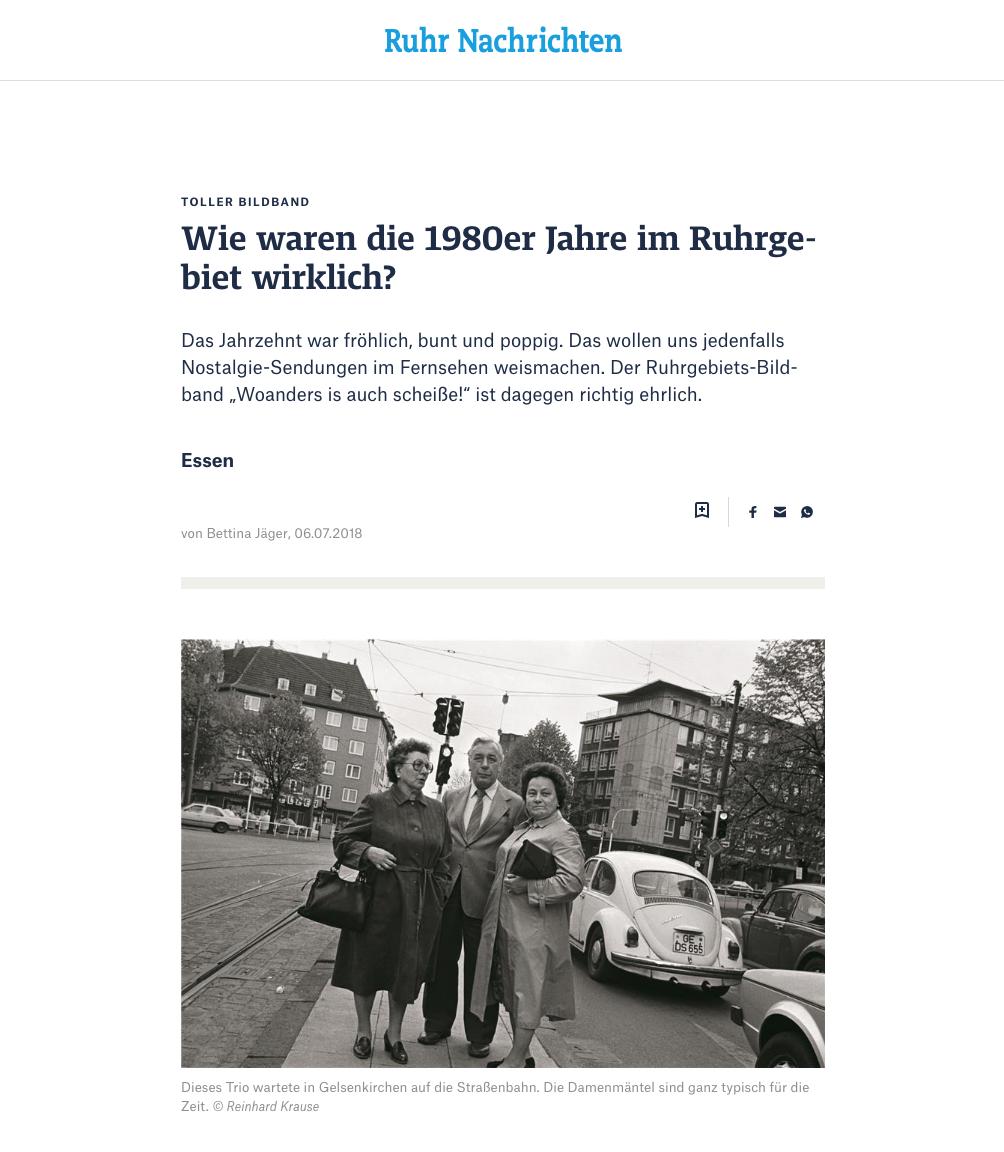 """Toller Bildband  Wie waren die 1980er Jahre im Ruhrgebiet wirklich?  Das Jahrzehnt war fröhlich, bunt und poppig. Das wollen uns jedenfalls Nostalgie-Sendungen im Fernsehen weismachen. Der Ruhrgebiets-Bildband """"Woanders is auch scheiße!"""" ist dagegen richtig ehrlich.  Der bekannte Spruch von Frank Goosen hat dem Buch des Fotografen Reinhard Krause den Namen geliehen. Und der Autor und Kabarettist Goosen gibt in seinem treffsicheren Vorwort auch die Richtung vor.  Er schreibt: """"In der konfektionierten Erinnerung der Kinofilme und Fernsehserien sind die Achtziger ein quietschbuntes, neonfarbenes Jahrzehnt voller naivem Hedonismus (Vergnügen und Lust, d. Red.), aber es war auch ein Jahrzehnt, in dem vieles zu Ende ging."""" Denn die Wirklichkeit sah – vor allem im Ruhrgebiet – anders aus. Goosen: """"Da sind diese Kriegsgesichter, die noch wissen, was echte Angst und richtiger Hunger sind. Und auch die aussterbende Gattung der Männer mit Hüten, alte Frauen in schmucklosen Mänteln, die Mundwinkel wollen immer runter zum Kinn.""""   Mit Anzug und Krawatte   Auch Reinhard Krause (58) erinnert sich differenziert an ein Jahrzehnt, in dem er in Essen wohnte, aber ständig und überall fotografierte. """"Die ältere Generation war anders gekleidet"""", erzählt er. """"Mein Vater ging sogar in der Freizeit nur mit Anzug und Krawatte raus."""" Die Damen schichteten derweil die Wühltische im Kaufhaus um – immer auf der Jagd nach Schnäppchen, aber stets korrekt gekleidet mit Hut oder Pelzmütze. Gerne auch mit dickem Brillengestell. Oder sie trugen bei schlechtem Wetter Folienhäubchen über der Dauerwelle.  Krauses Bilder zeigen Schlagerbands (ganz in Weiß), eine Unterwäsche-Modenschau (alles Baumwolle), Telefonkabinen in der Post (längst verschwunden) und die Autowäsche am Straßenrand (längst total verboten). Oder die Wahl zum Mister Rüttenscheid 1984. Unübersehbar: die Goldkettchen! Das Jahrzehnt davor hatte Hochhaus-Siedlungen gebracht, die wir heute als brutal empfinden, aber das alte Duisburg-Bruckhau"""