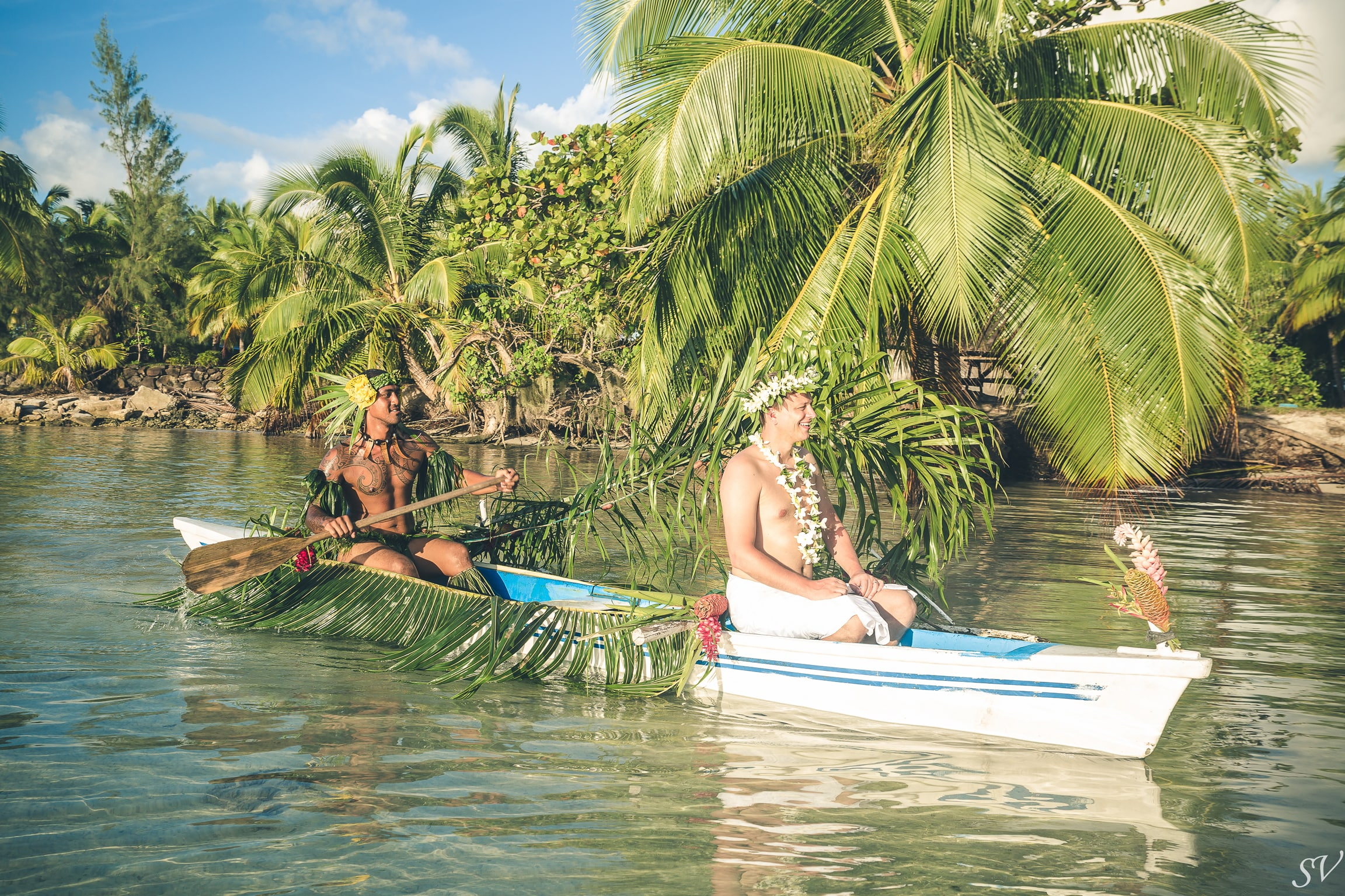 The arrival of the groom into the traditional polynesian canoe