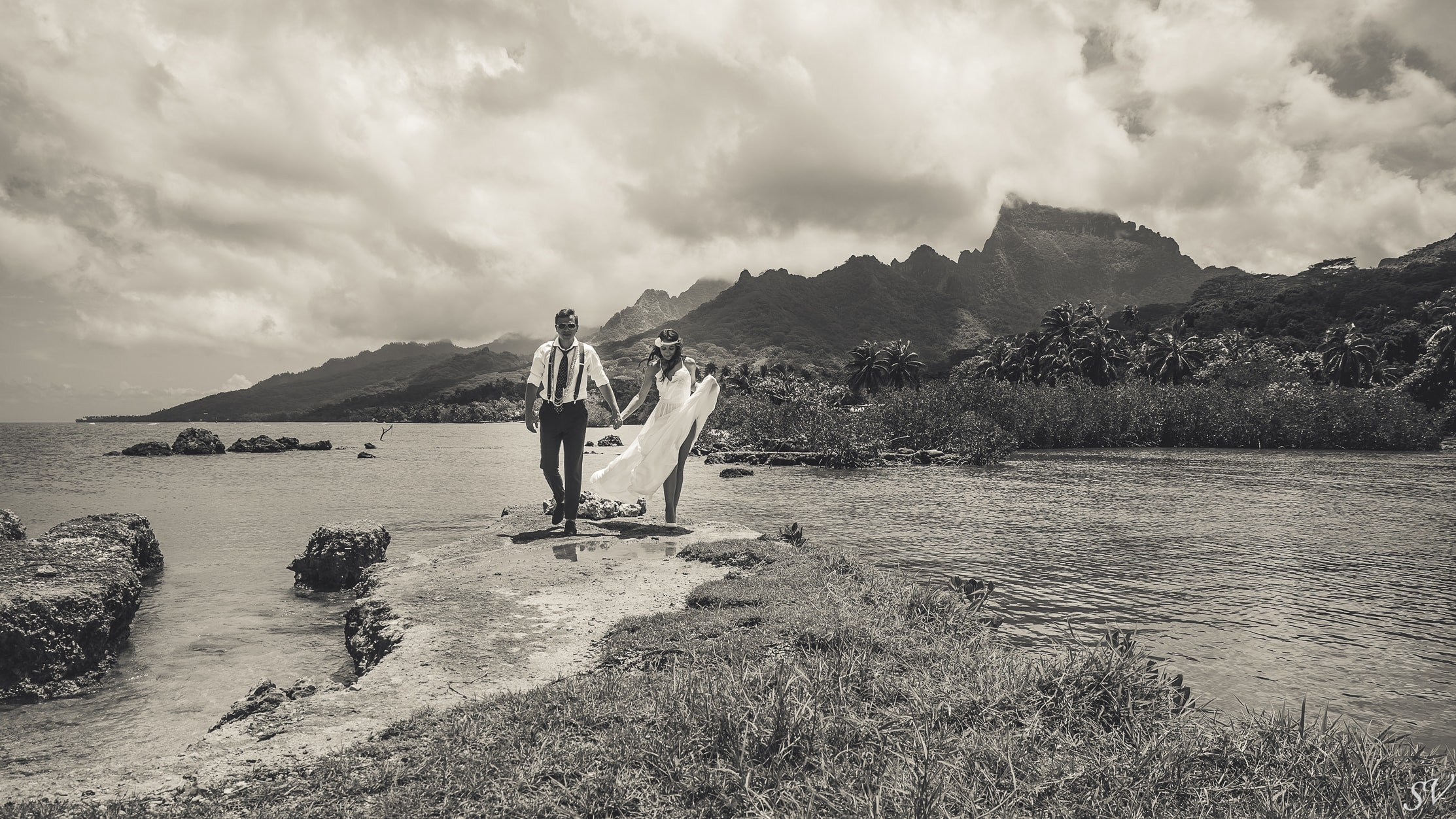 Couple photo shoot into the wild of Moorea