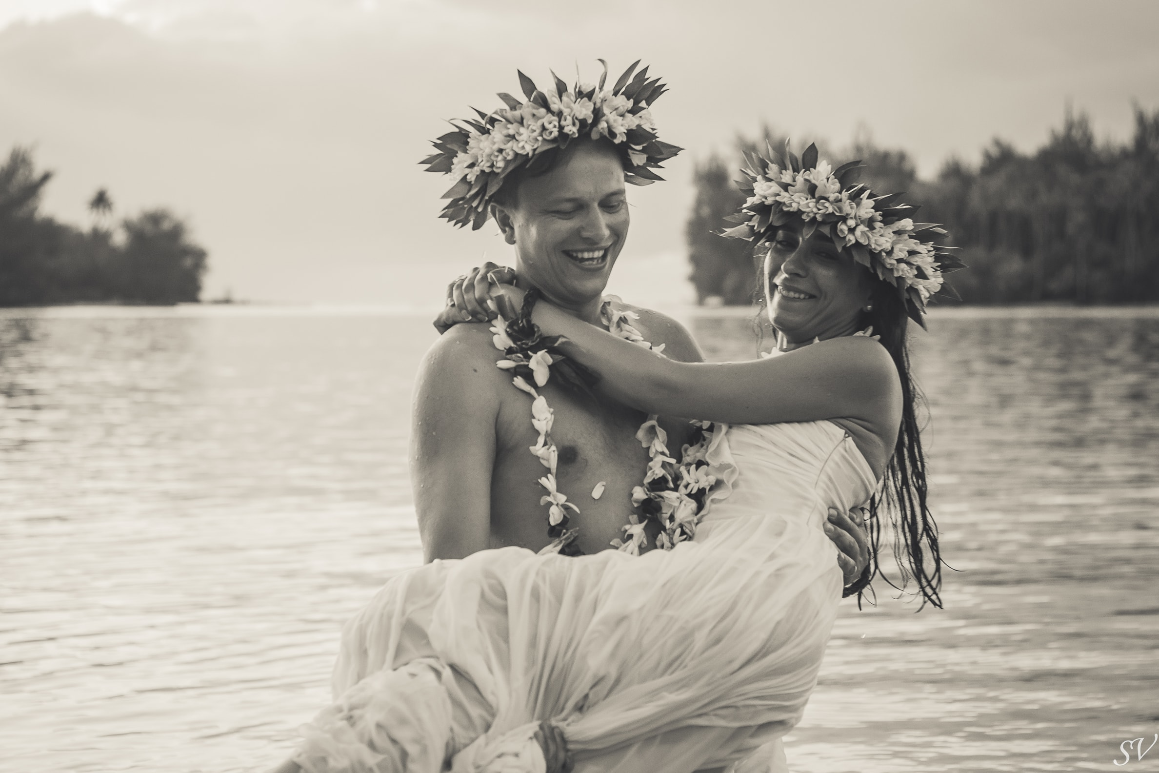 Bride and groom photo into the ocean