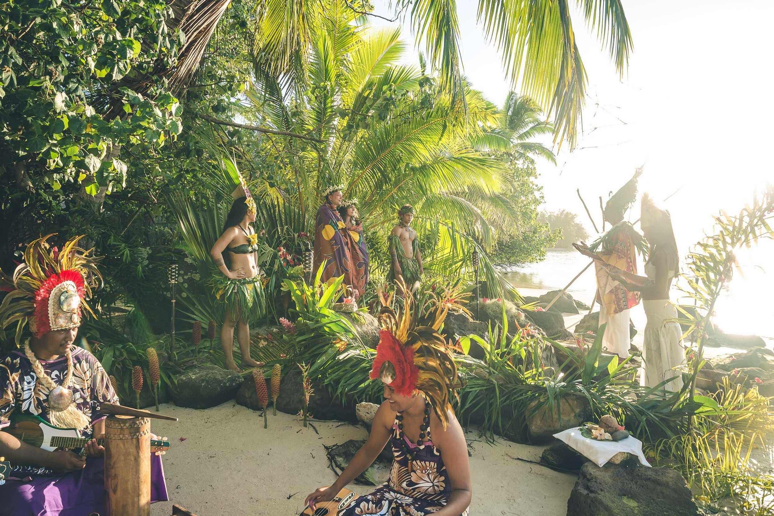 Beach elopement in Polynesia