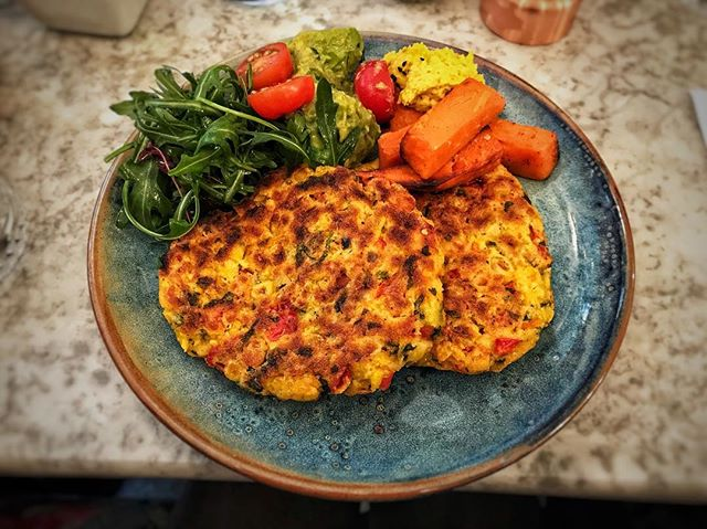 We tried another savory vegan pancake at @redemptionbar in London today! Crispy on the outside, super moist and flavorful, packed with sweet corn and red pepper! It was delicious with a side of guacamole and turmeric hummous. 😋 We give it 4/5 stars!⭐️⭐️⭐️⭐️Do you have any favorite savory pancake recipes? . . . . #onelifetwoways #southindian #twins #vegan #vegansofig #feedfeedvegan #veganfoodshare #foodblog #indian #recipe #veganrecipe #instafood #instagood #fb #vegansofldn #foodie #huffposttaste #veganworldshare #veganfoodspot #LetsCookVegan #pancakes #pancakeday #nationalpancakeday