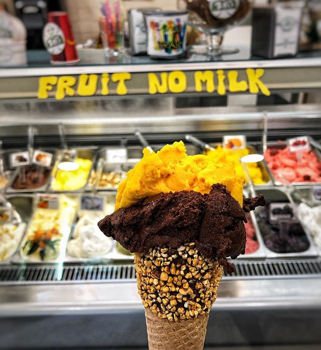 Dreaming of this delicious vegan mango and chocolate gelato we had in Rome with a crunchy, chocolate and nut vegan cone too!😋 We often don't come across vegan cones, and at this place there were a great selection of options! 🌟 #rome #italy #veganrome #eataly #onelifetwoways #twins #vegan #vegansofig #feedfeedvegan #veganfoodshare #foodblog #indian #recipe #veganrecipe #instafood #instagood #fb #vegansofldn #foodie #huffposttaste #veganworldshare #veganfoodspot #LetsCookVegan #vegantravel #gelato