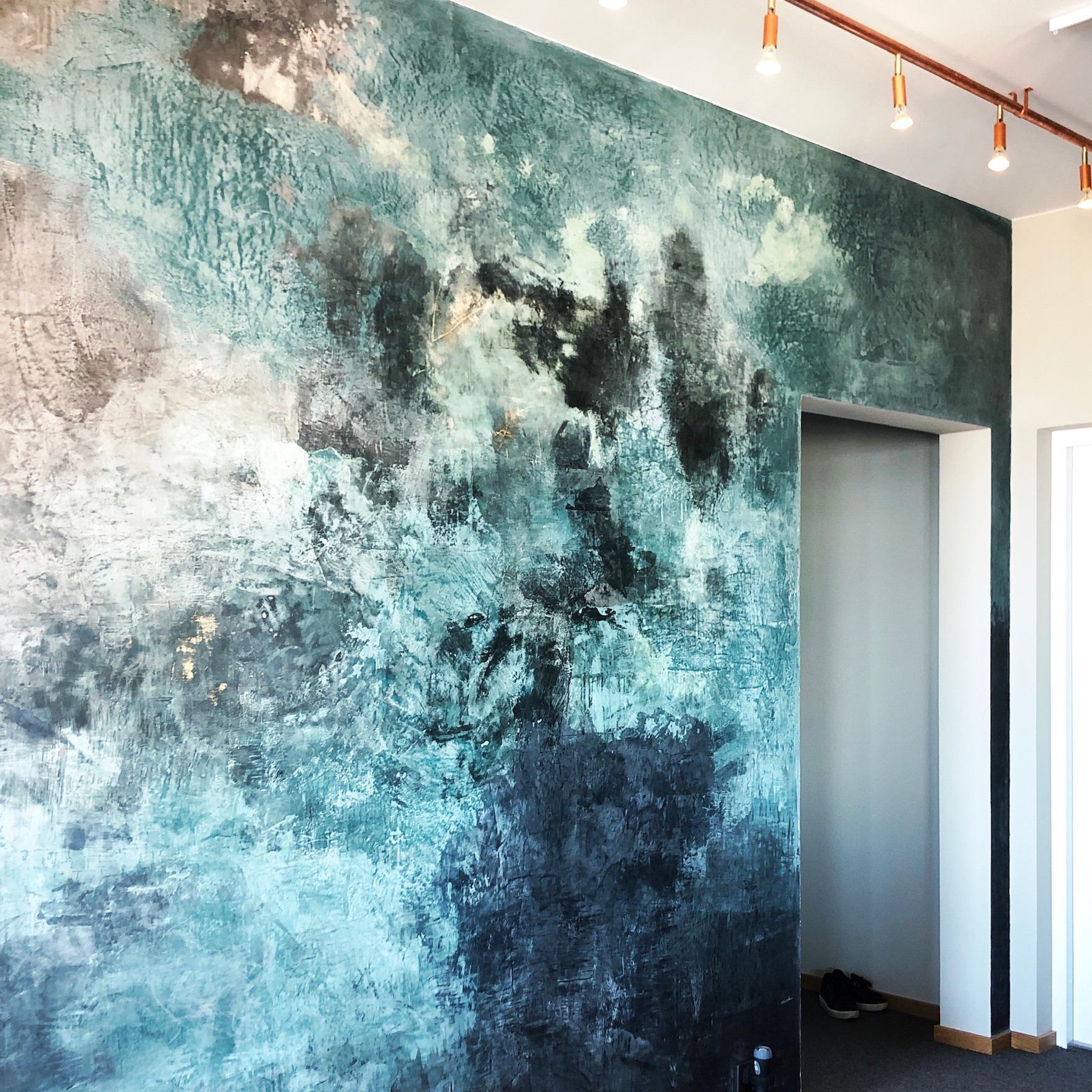 Väggmålning Malmö Live - Målning i tadelak teknik på vägg i våning i Malmö. Inspirerad av våningens omgivning. Se mer av målningen här på Instagram och läs om hela projektet här