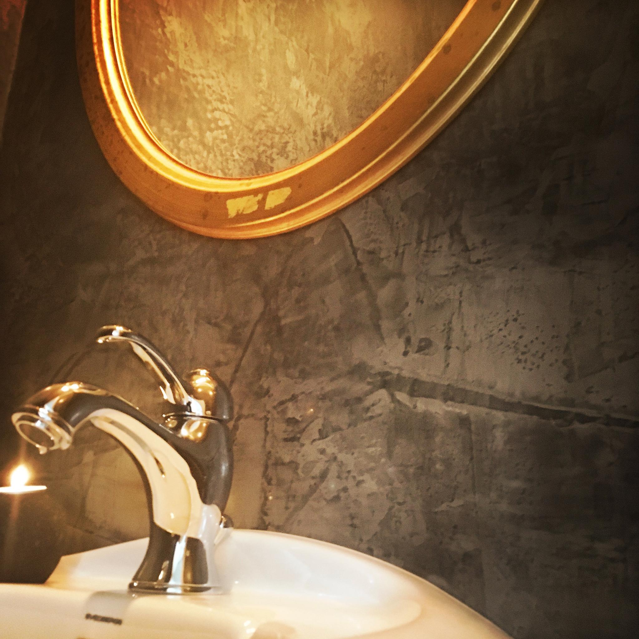 Gäst WC - Färgsättningen är inspirerad av Indien och är gjord i tre olika kulörer, med den ljusaste målad i taket och mörkaste längst ner på väggarna.