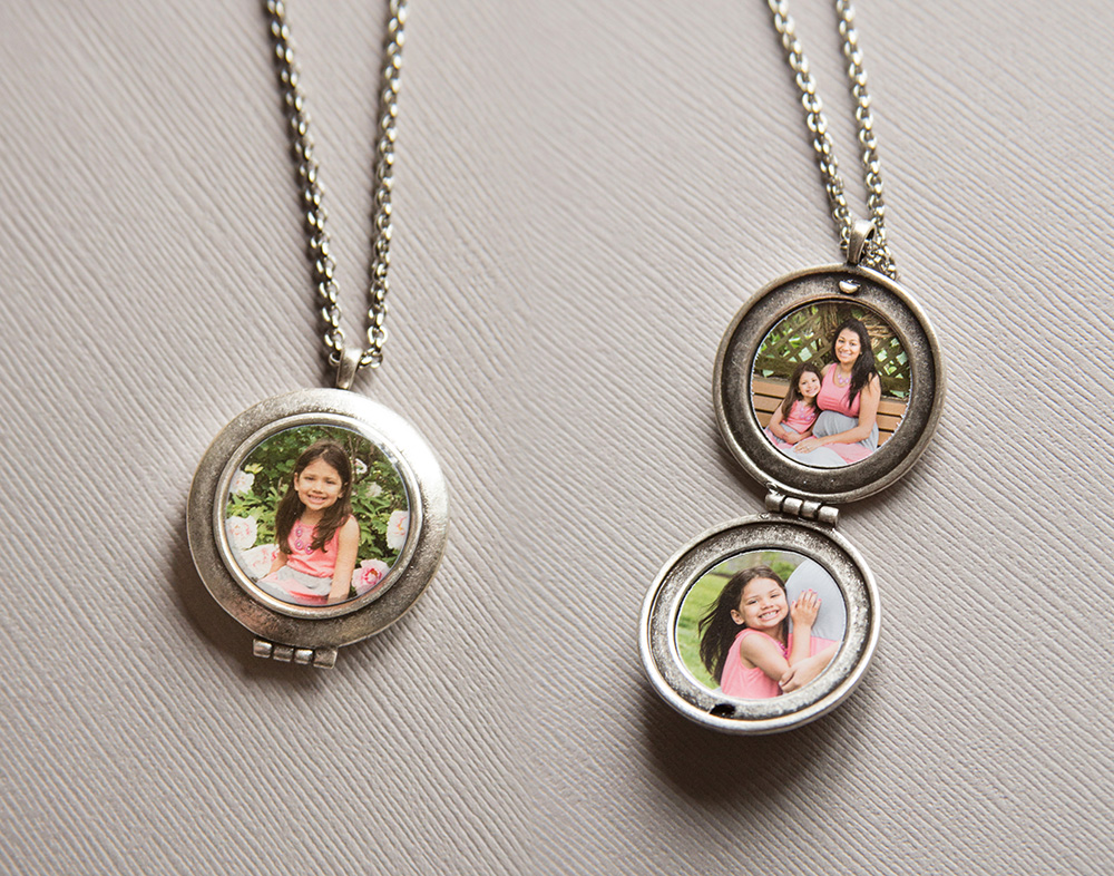 family-mom-somerville-nj-family-photographer-park-pregnancy-mom-njmom-hellionphotography-locket-photo-photograph