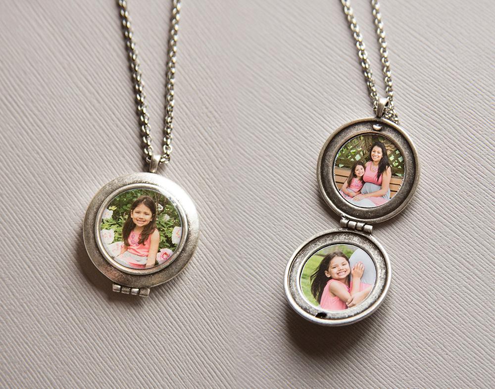 family-mom-somerville-nj-family-photographer-park-pregnancy-mom-njmom-hellionphotography-locket-photo-photograph