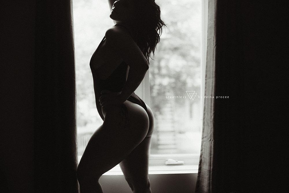 female-feminine-women-portraiture-boudoir-photography-montreal-couple-anniversary-empowerment-portrait-photographe-photographer-erotic-classic-4.png
