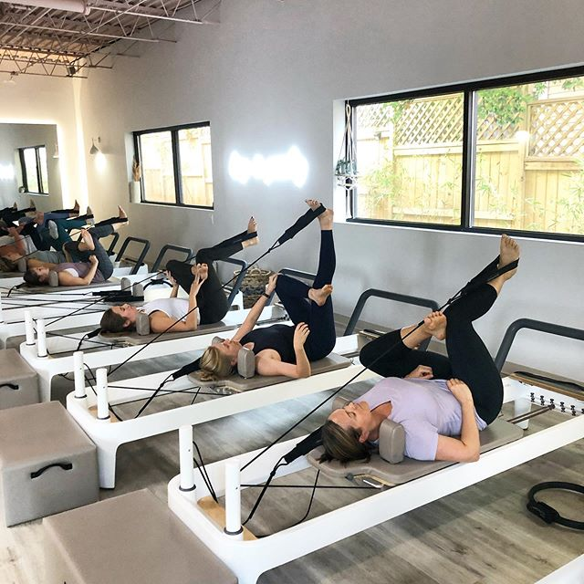 Starting the week strong and relaxed ✌️ I teach group classes at @thedailyatl on Mondays, Tuesdays and Thursdays, so plenty of times to catch a Pilates sesh! 🥰 . #saranpilates #pilates #reformer #atlantapilates #atlanta #grouppilates #pilatesclass #stretch #tone