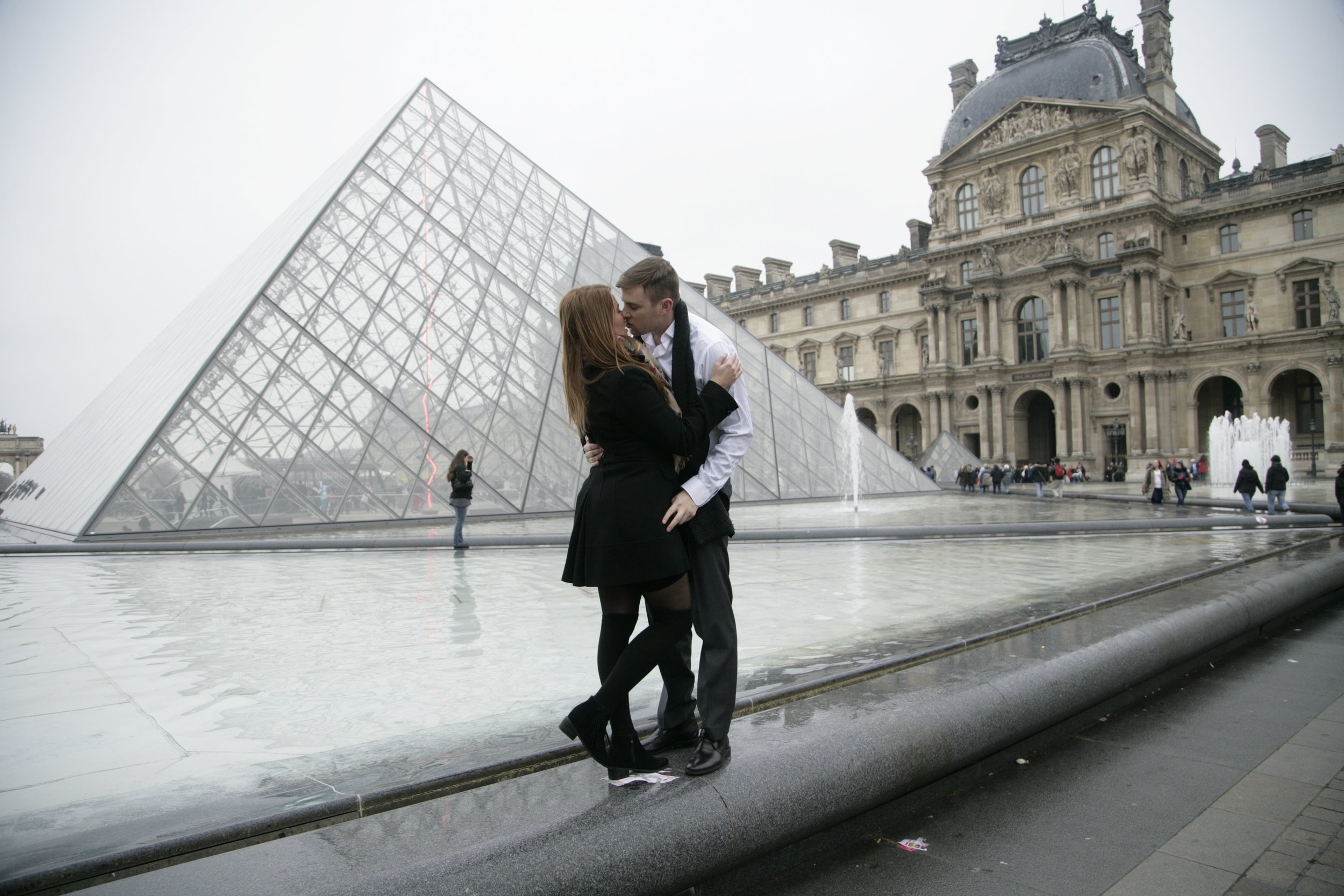 Louvre Picture Ideas - Best Way to get Photos with the Louvre while in Paris | www.coupleinthekitchen.com
