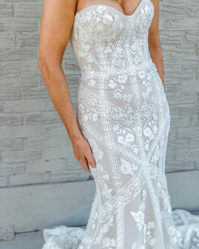 Lace details that don't quit + a fit that accentuates all the assets 💫⠀ ⠀ Needless to say, the Darwin dress is all the things ✨@justinalexander #style_99068 ⠀ ⠀ ⁣⠀ ⠀