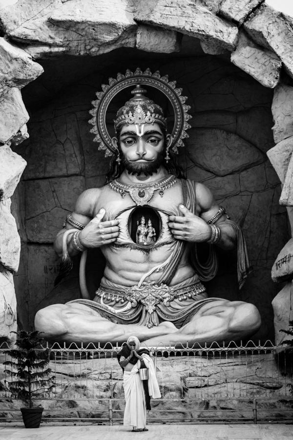 A woman worshiping before a statue of Hanuman at the Parmath Niketan Ghat.