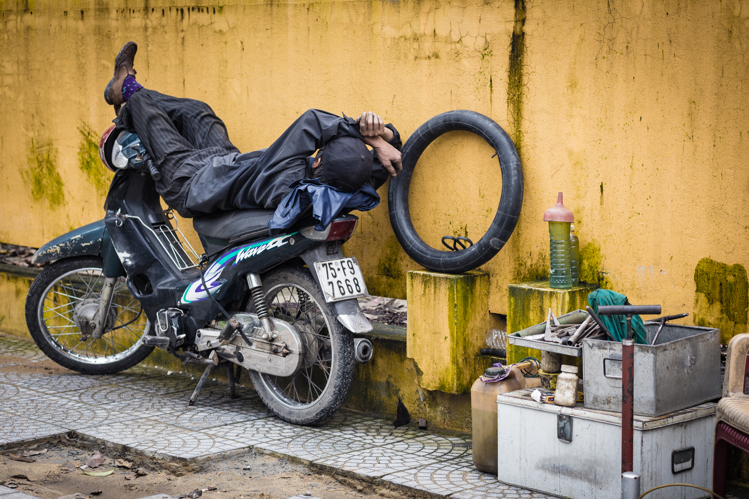 The Vietnamese LOVE napping on their bikes like this.