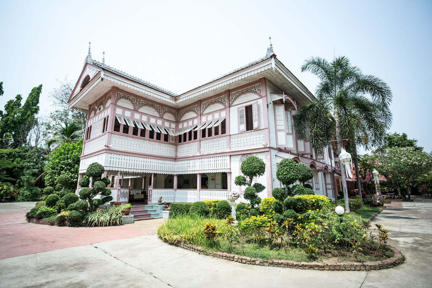 The teakwood Vongburi House in Phrae was built between 1837 and 1907 for the last Prince of Phrae. It's been converted into a museum, although a private section still serves as residence for heirs of the royal family.