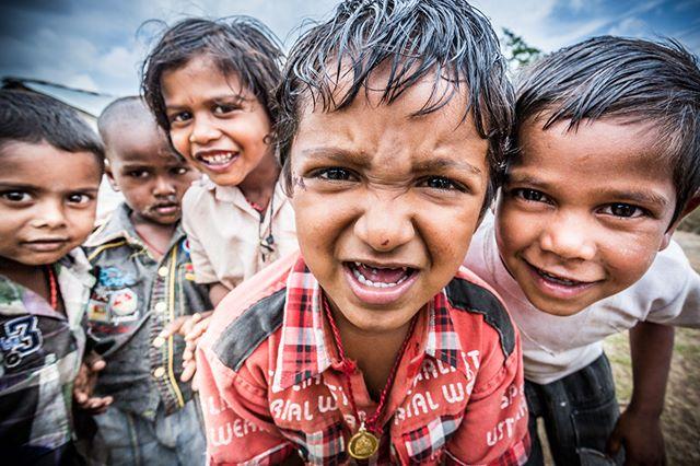 📷By Shalev Netanel @netanelphotography #cow #children #boys #india #chennai #slum #portrait