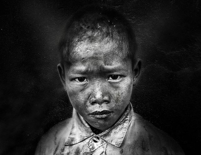 Portrait of a vietnamese villager, most likely a member of the White Hmong ethnic miniority. Ha Giang Province, Vietnam. 📷By Shalev Netanel @netanelphotography. See more from this series of portraits of Indochina villagers at http://www.shalevnetanel.com/portraits-of-indochina-villagers/ #portrait #boy #people #child #monochrome #travel #vietnam #hagiang  #aow