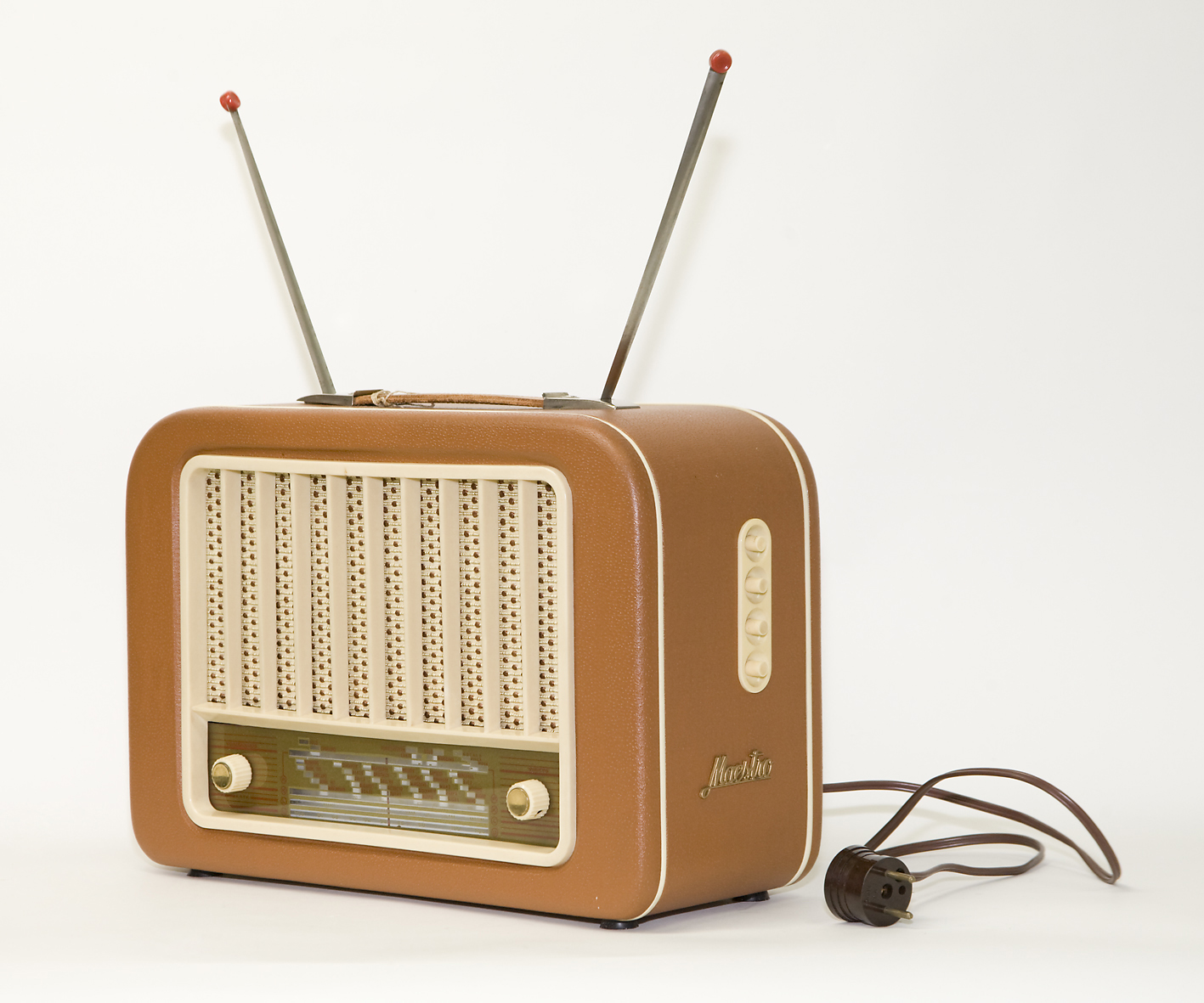 """ Radio, Maestro 842M, ASA Radio Oy, 1950, Turku. Tampereen museot. Kuva Marika Tamminen, Vapriikin kuva-arkisto. ""  by   Museokeskus Vapriikki     is licensed under   CC BY 2.0 ."