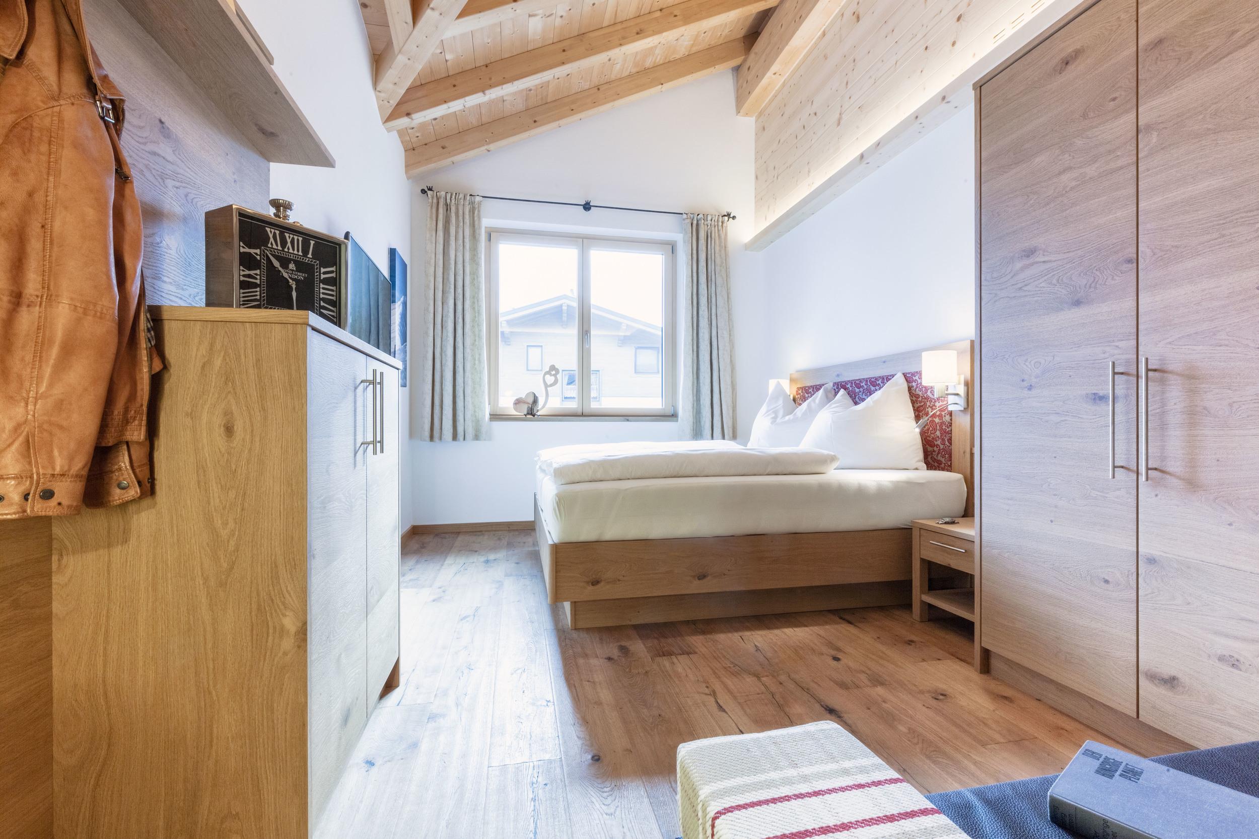 appartement-suites-liana-sophie-neukirchen-haus-innen-schlafzimmer-massivholz