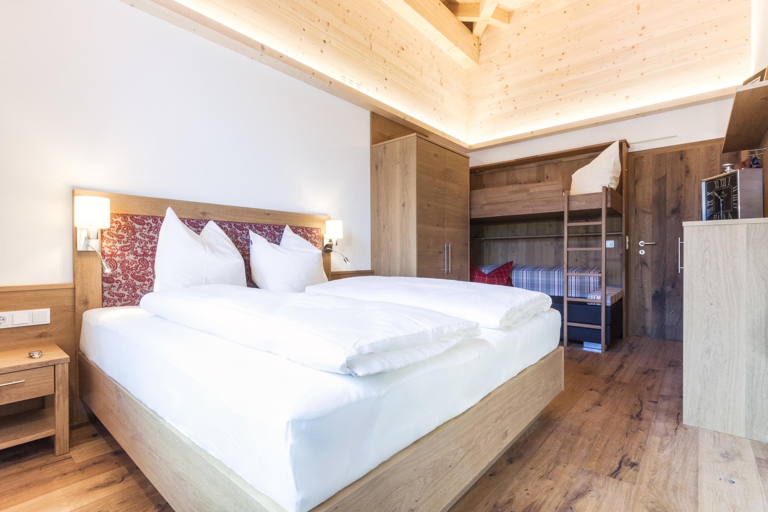 appartement-suites-liana-sophie-neukirchen-haus-innen-schlafzimmer-groß