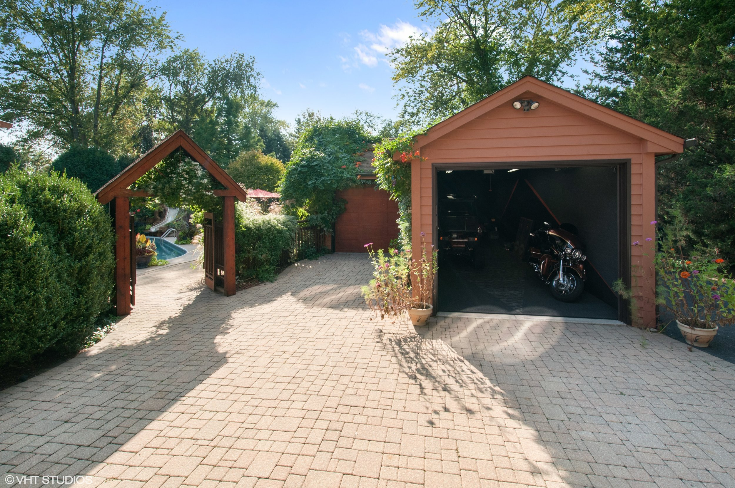 03_5704Riverview_34_Driveway_HiRes.jpg