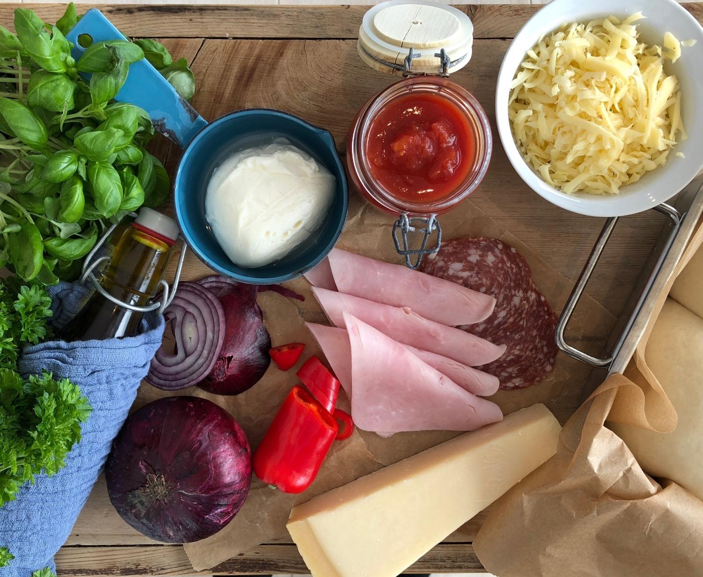 Friske urter, en god tomatsaus og gode oster må til for å lage en skikkelig god pizza!