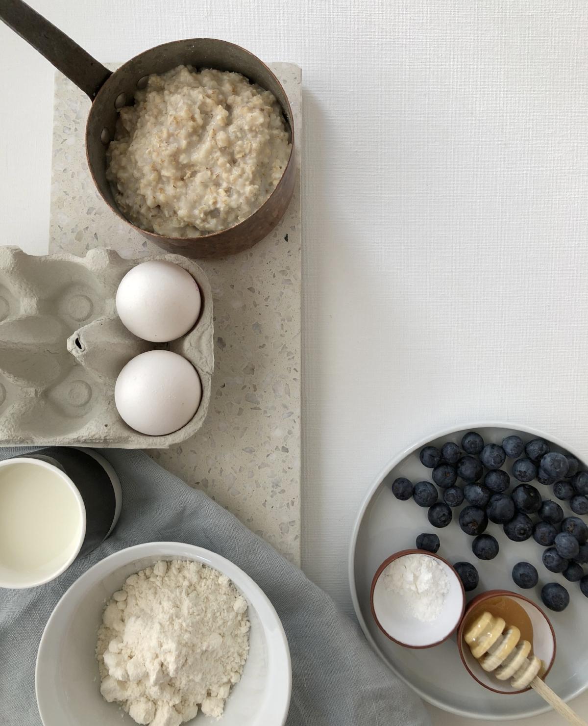 a5360a24 2 dl melk 1 ts bakepulver 1 ss flytende honning. Evt ferske blåbær eller  bringebær smør eller olje til steking