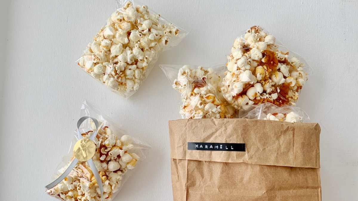 Seigt, søtt og sprøtt. Karamellpopcorn er perfekt til både filmkveld og barnebursdag.