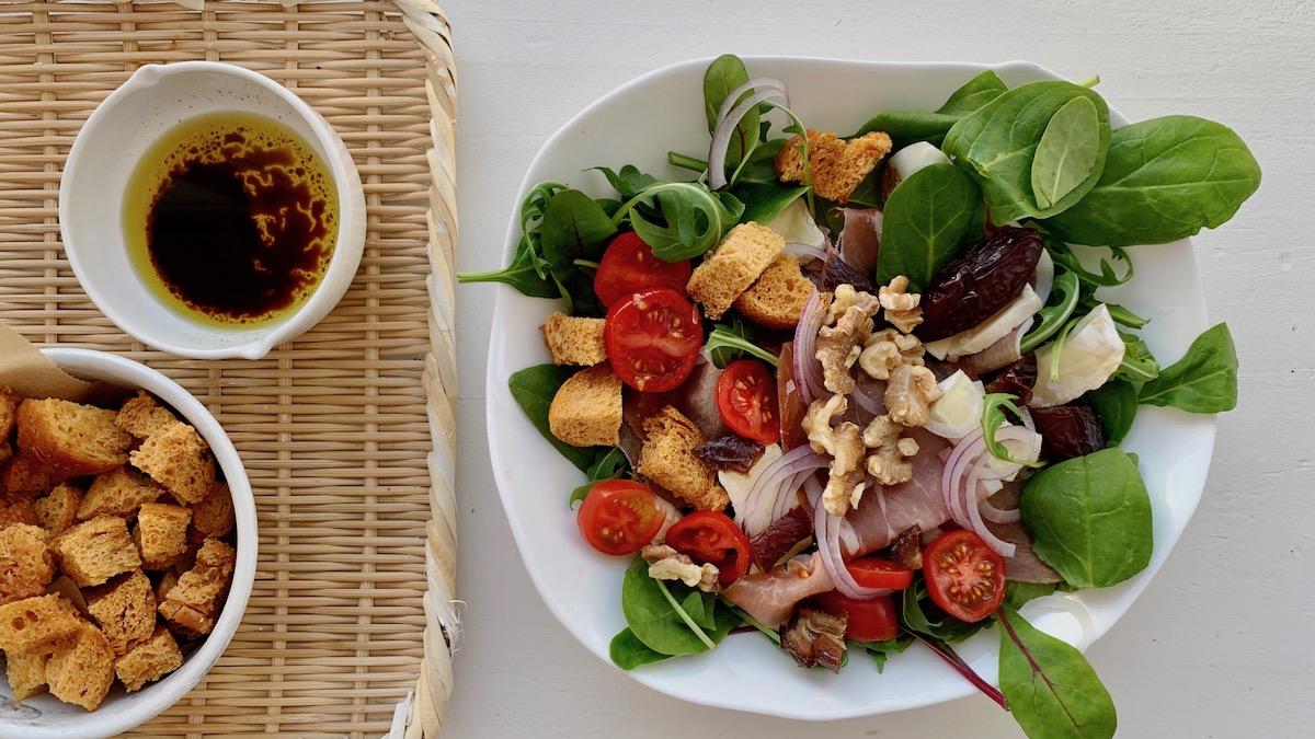 Med en god vinaigrette og hjemmelagde krutonger blir en god salat et lite festmåltid. Foto: Familiematblogg