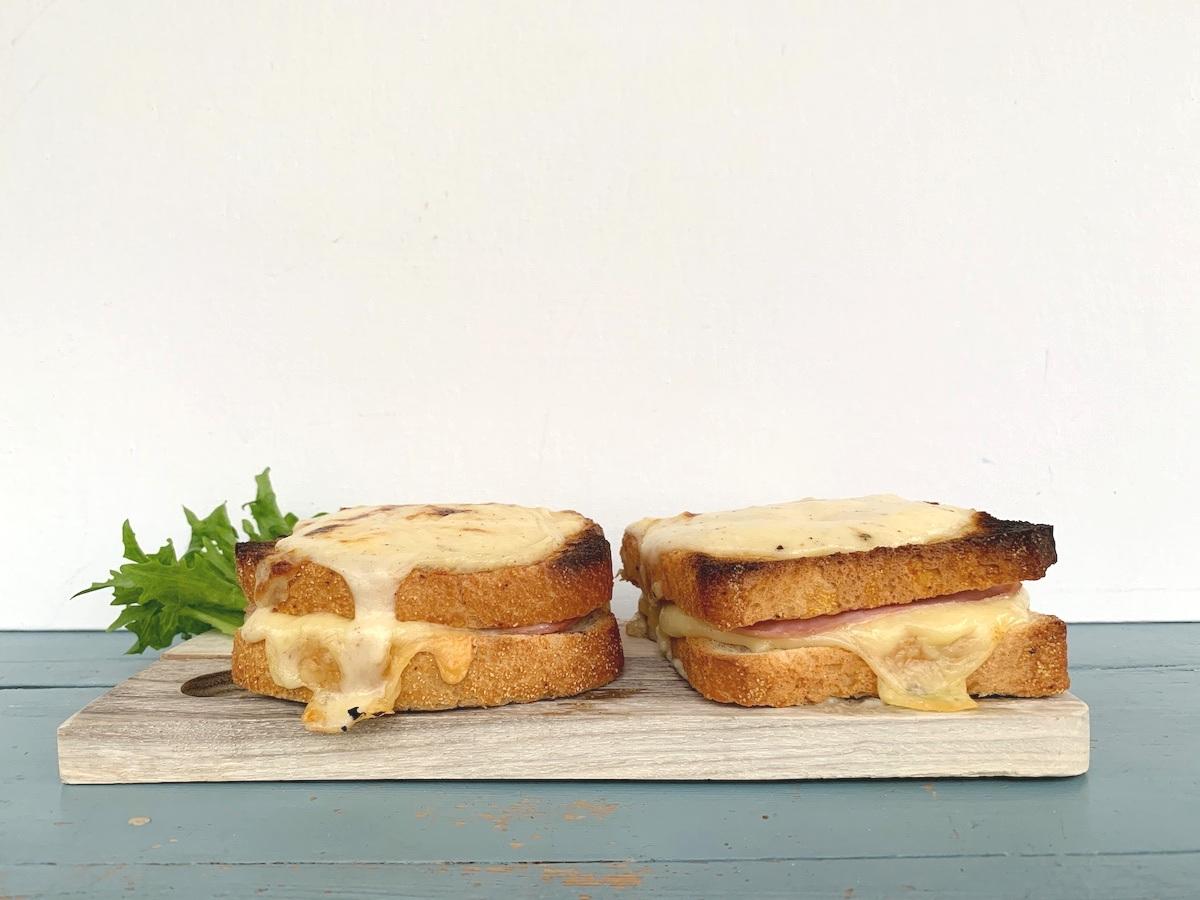 Croque Monsieur er et fransk ostesmørbrød med hvit saus, skinke og ost. Foto: Familiematblogg