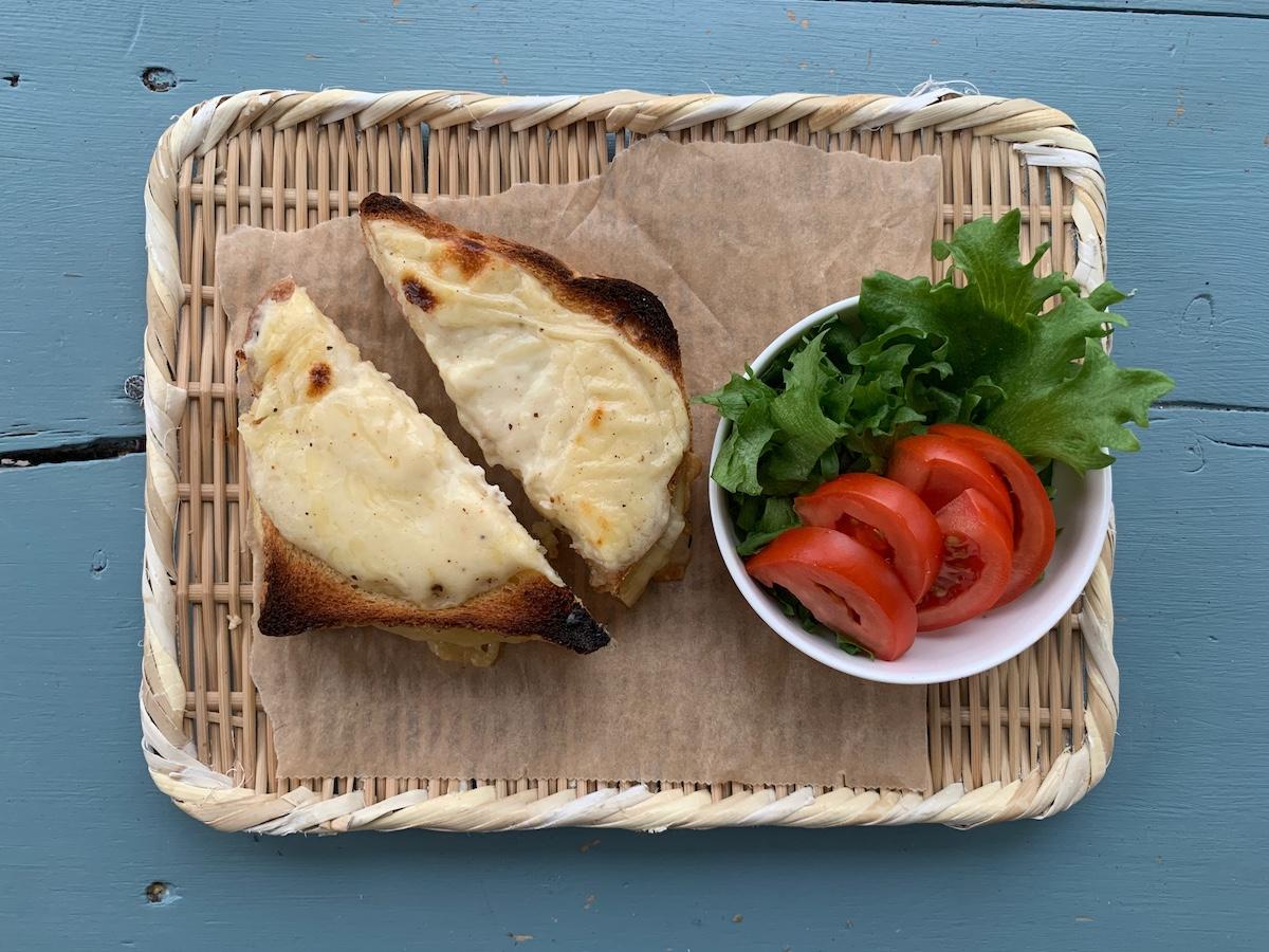 Server ostesmørbrødet alene eller med en grønn salat med en god vinagrette. Foto: Familiematblogg