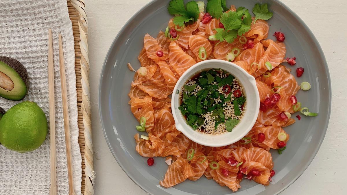 Laksesashimi med ponzusaus og granateple er enkel og god mat alle kan lage! Foto: Familiematblogg
