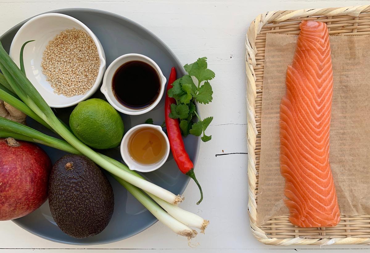 Hvis du legger fisken litt i fryseren før den skal serveres er det lettere å skjære den i tynne skiver før servering. Foto: Familiematblogg