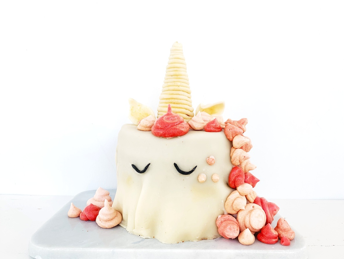 Ved hjelp av en iskjeks, marsipan, marengsroser og rosa konditorfarge kan du også lage en enhjørningskake!