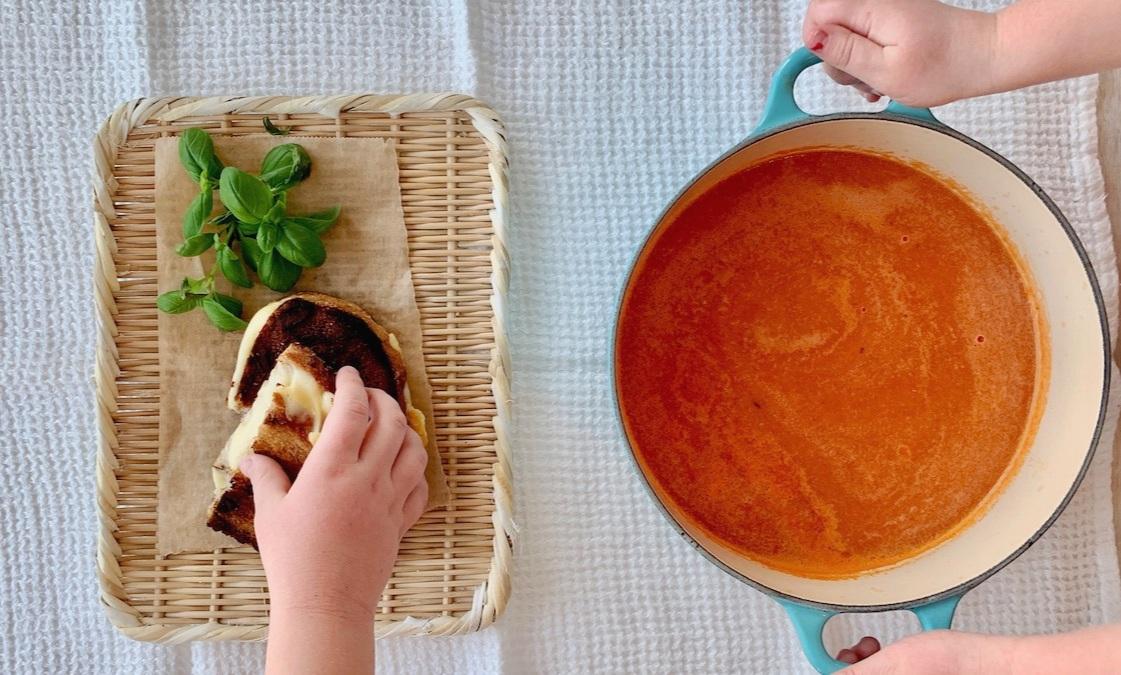Server suppen med et godt ostesmørbrød. Hvis barna ønsker kokt makaroni i tomatsuppen, tilsetter du det bare i den ferdige suppen ved servering.