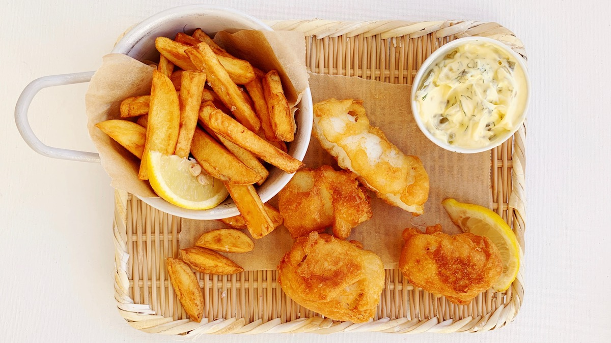 Frityrstekt fisk og poteter med remulade er kosemat på sitt aller beste! Foto: Familiematblogg