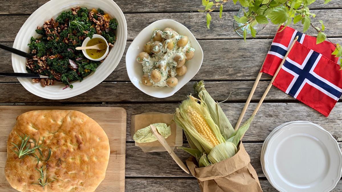 Grønnkålsalat med nøtter og mango, en syrlig potetsalat med urter og rømme, hjemmelaget focaccia og mais med et godt urtesmør passer til det aller meste av grillmat.