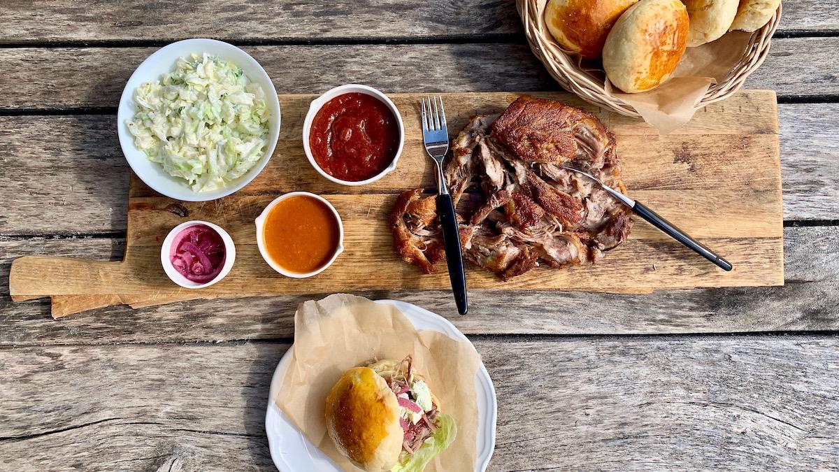 """Langtidsstekt svinenakke som er så mørt at du kan bare dra det fra hverandre med to gafler, er grunnen til at denne retten heter nettopp """"Pulled pork""""."""