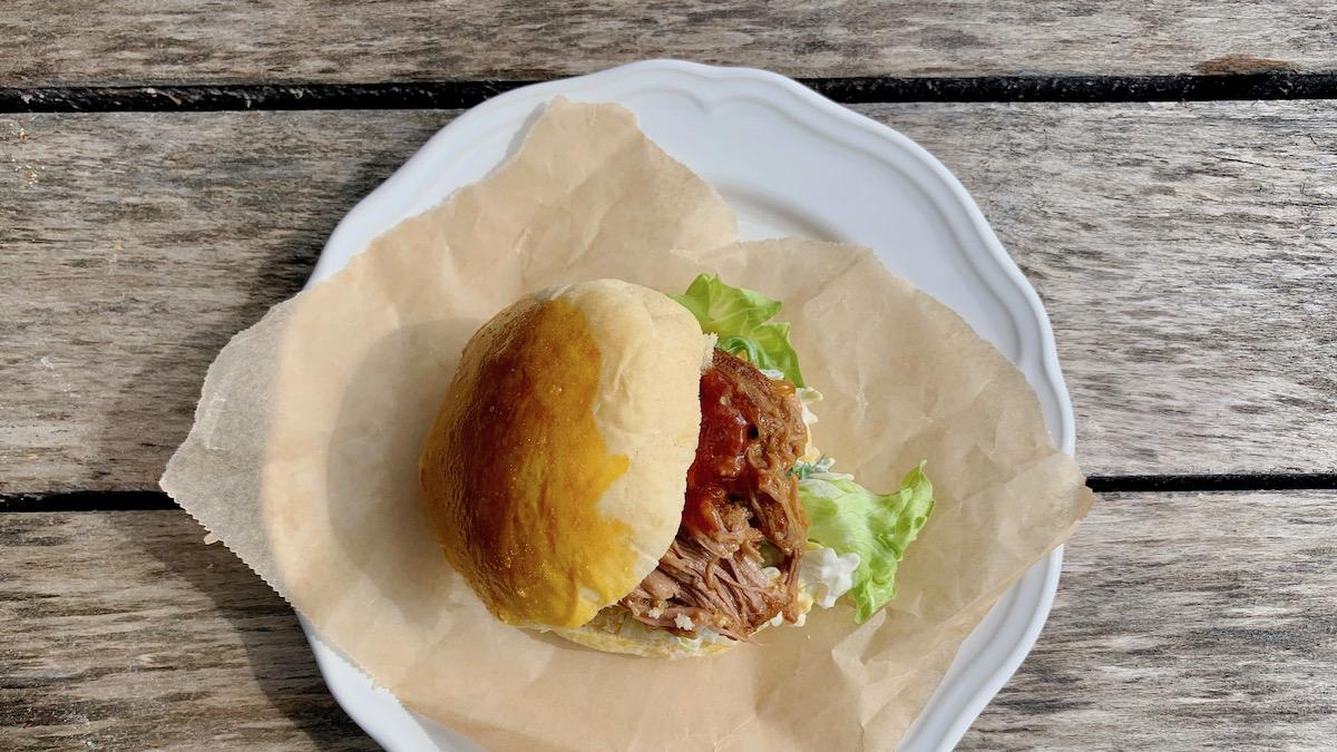"""Du kan servere """"pulled pork"""" i vanlige hamburgerbrød eller i brioche, som vi har gjort her. Brioche er skikkelig myke og luftige og egner seg veldig godt som hamburgerbrød. Kjøp dem i butikken, eller bak dem selv, med oppskriften du finner her."""
