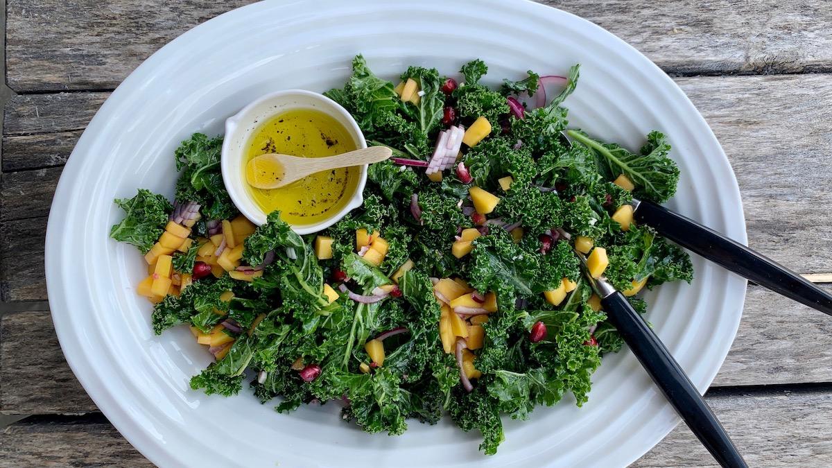 En herlig, sunn og sprø grønnkålsalat med mango, avocado, rødløk og valnøtter er et herlig lite måltid i seg selv, men også et perfekt tilbehør til både grillet fisk og kjøtt.