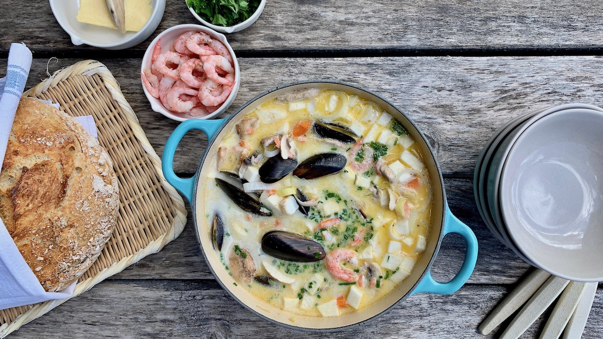 Fiskesuppe med blant annet blåskjell, reker, røkelaks og masse friske urter smaker nydelig med nybakt brød.