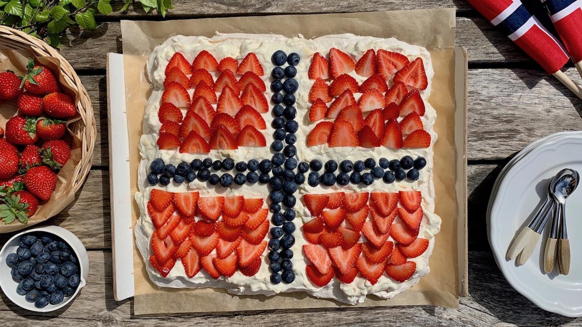 Hva passer vel bedre som avslutning på feiringen av grunnlovsdagen, enn pavlova pyntet som det norske flagget?