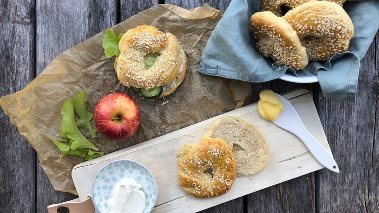 Lei av brødskiver i matpakken? Lag hjemmelagde bagels!