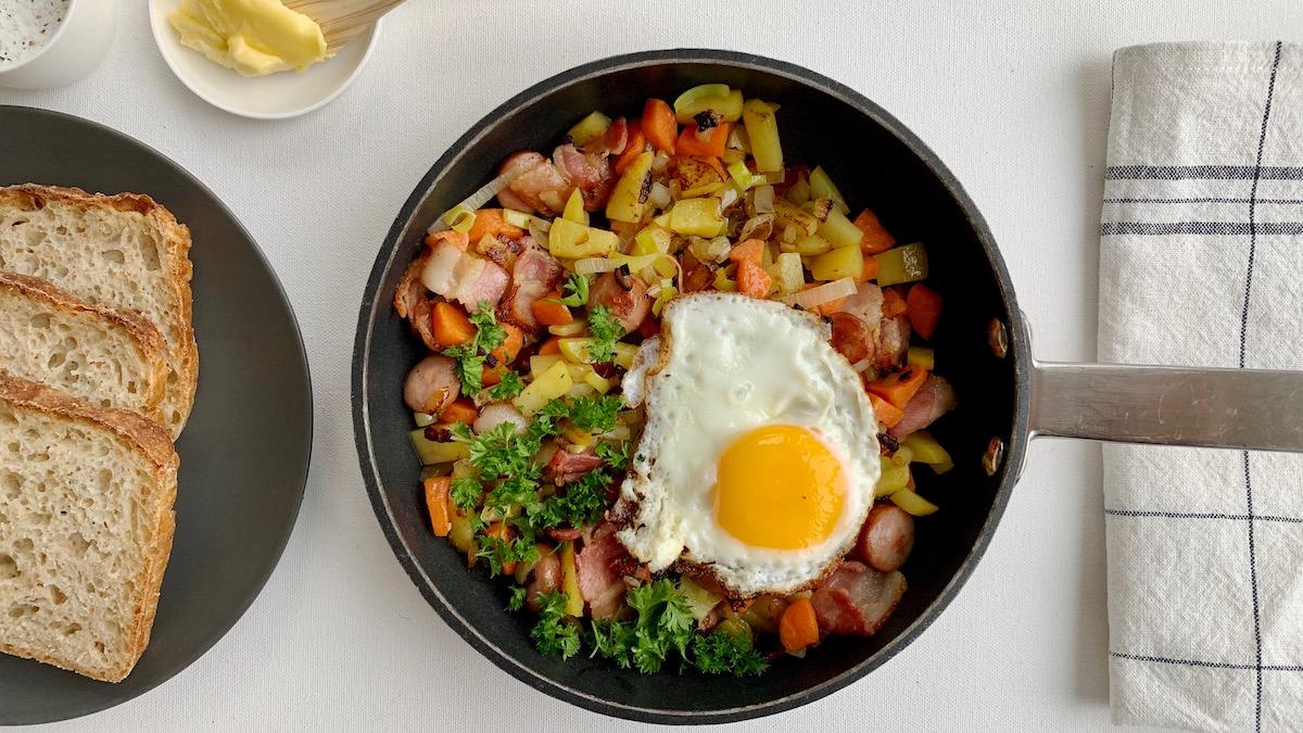 Har du rester av rotgrønnsaker, pølser og kanskje litt bacon liggende i kjøleskapet? Lag pytt i panne!