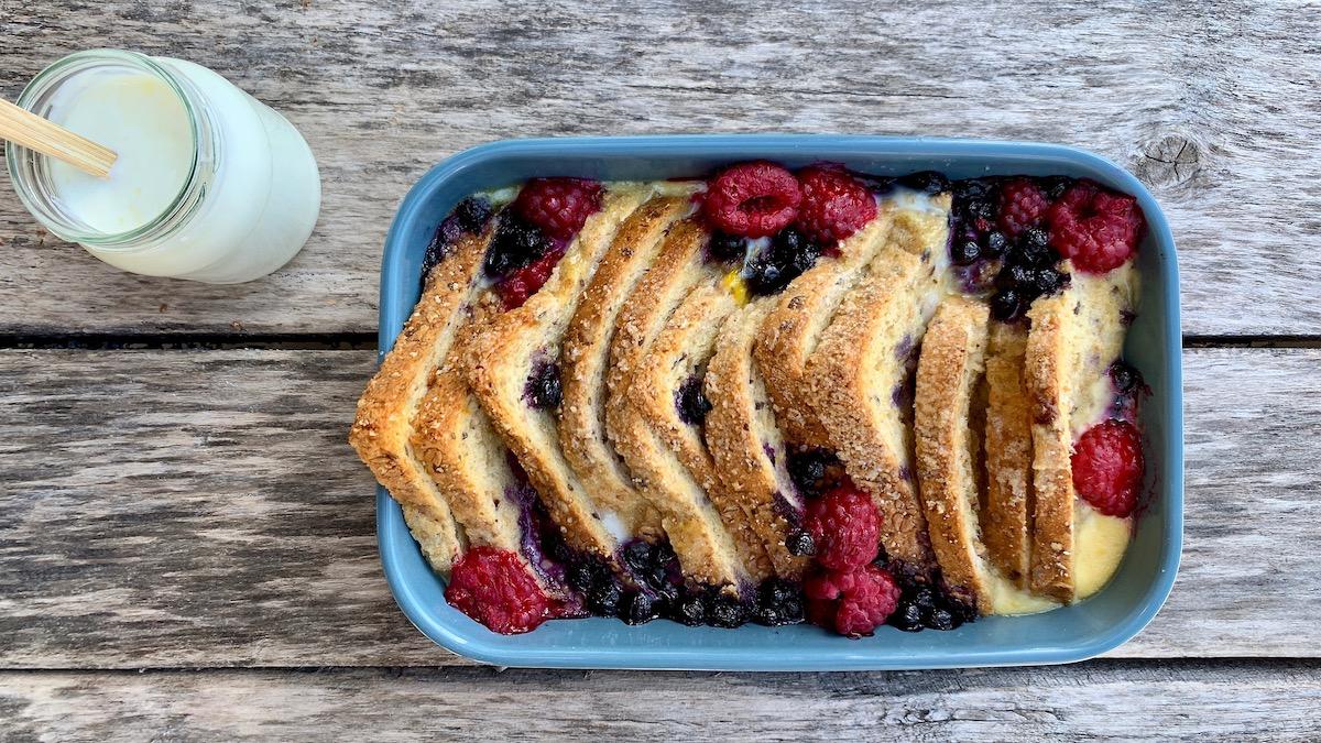 Når du lager brødpudding lar du brødrester få steke i ovnen sammen med en blanding av fløte, melk, smør og frosne bær. Resultatet er nydelig!