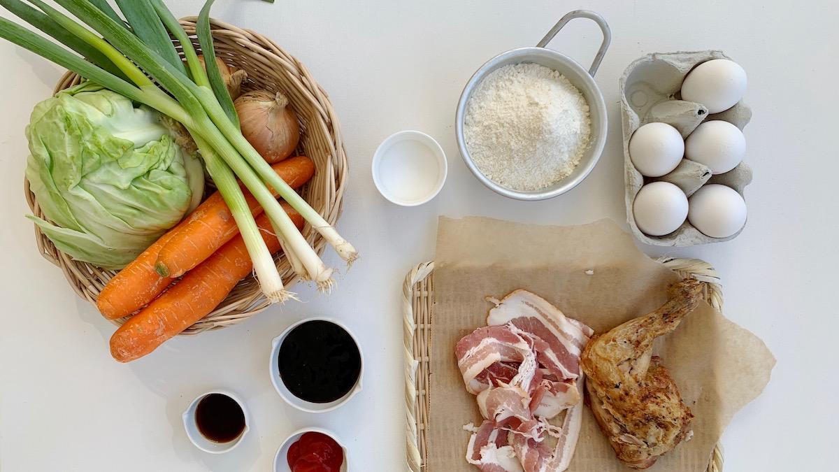 I denne oppskriften har vi brukt rester av kylling og bacon, men du kan fint erstatte både grønnsaker og kjøtt med det du har i kjøleskapet.