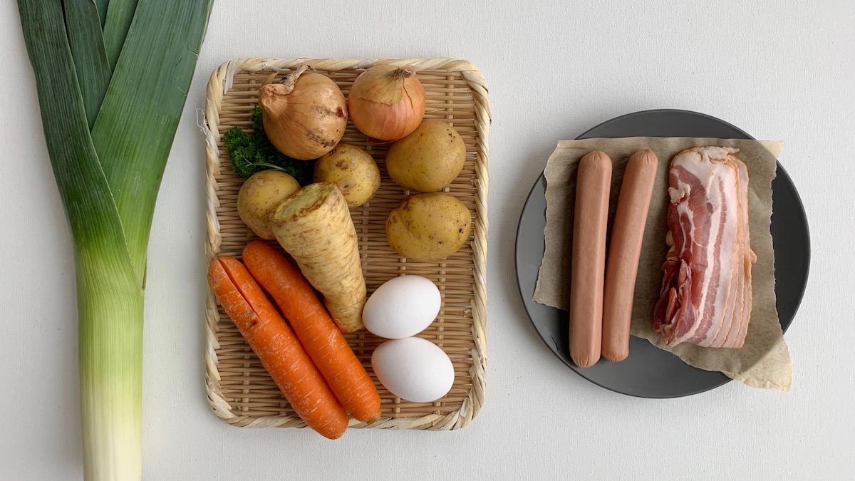 Pytt i panne er i utgangspunktet stekt løk, poteter og kjøtt, men retten kan varieres i det uendelige etter hva du har i kjøleskapet.