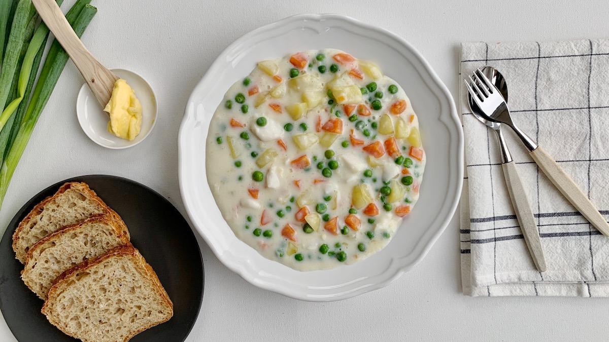 All hvit fisk kan brukes når du lager plukkfisk. Det mest vanlige er sei, lyr eller torsk, men klippfisk kan også brukes. Har du noen rester av skalldyr liggende er det også veldig godt å tilsette rett før servering