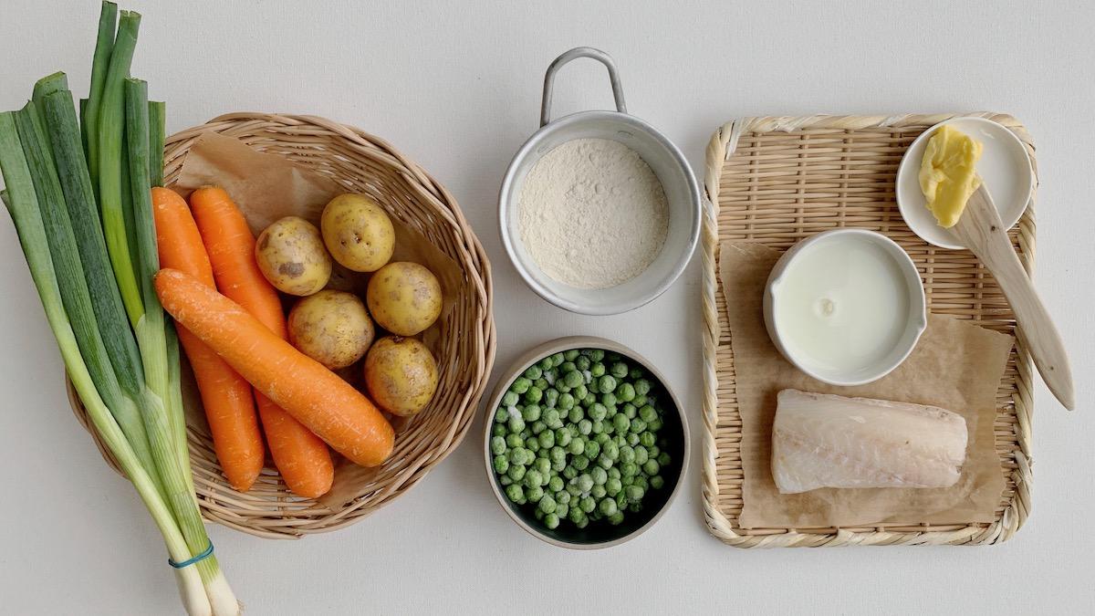 Poteter, gulrøtter, erter og vårløk egner seg godt i Plukkfisk. Du kan også bruke sellerirot, løk, kålrabi eller purre hvis du har det i kjøleskapet.