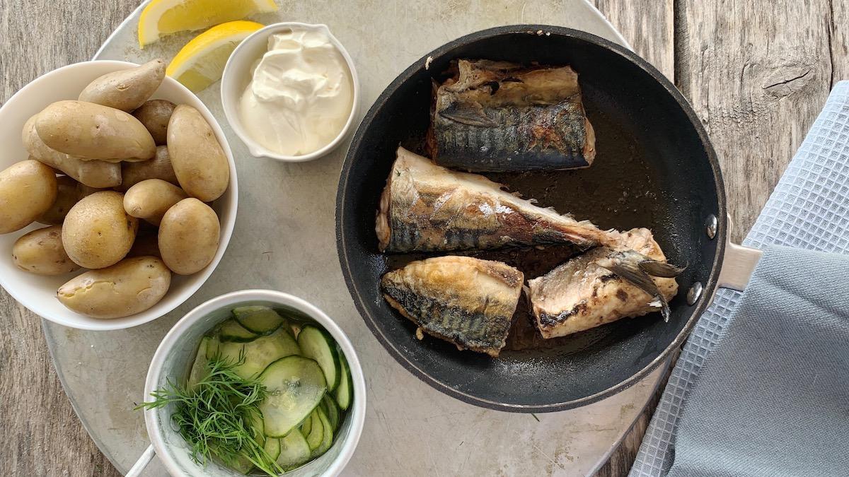 Det beste tilbehøret til makrell, er også det klassiske. Nemlig kokte nypoteter, rømme og agurksalat.